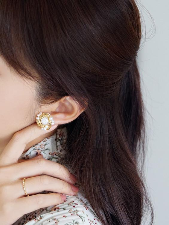 典雅珍珠、暖心黃銅勾勒出年末派對風